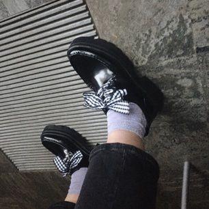Skor från zara. Fett snygga men mina fötter kommer lite i kläm tyvärr. Det tillkommer två olika slags snören som man kan se på bilden
