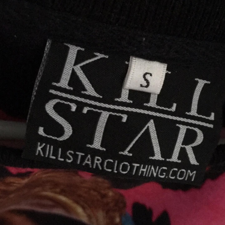 Helt oanvänd sweatshirt från märket killstar. Storlek Small. Frakt blir 79:-.. Övrigt.