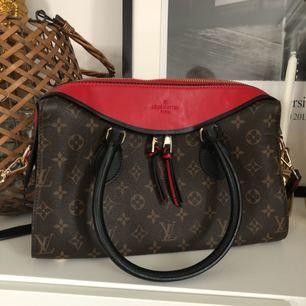 Säljer denna EXTREMT fina AAA+ kopia av Louis Vuitton - Inte en skråma på den alltså i perfekt skick!   Köpt för 2500!   500 kr vid snabb affär.