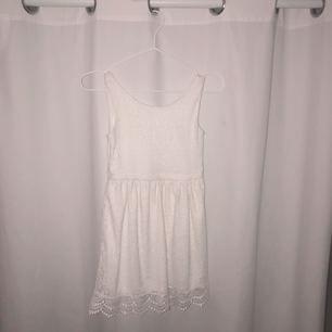 Vit spetsklänning för barn. Köparen står för frakt