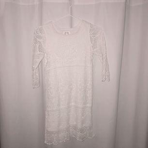 Oanvänd klänning, vit spetsklänning.  Köparen står för frakt