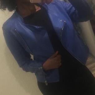 Skinnjacka i blå , stor i strl men sitter jätte bra på