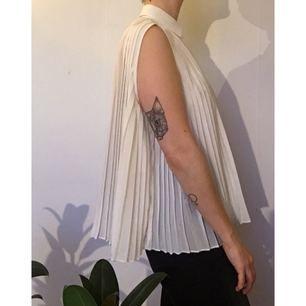 Vit plisserad transparent skjorta från Weekday.  Frakt 45kr betalas av köpare. Kan även hämtas i Malmö 🌸