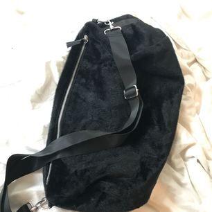 Monki Faux Fur Bag Stor fuskpälsväska med dragkedja och silverdetaljer. Inköpt på Monki 2014 och sparsamt använd!