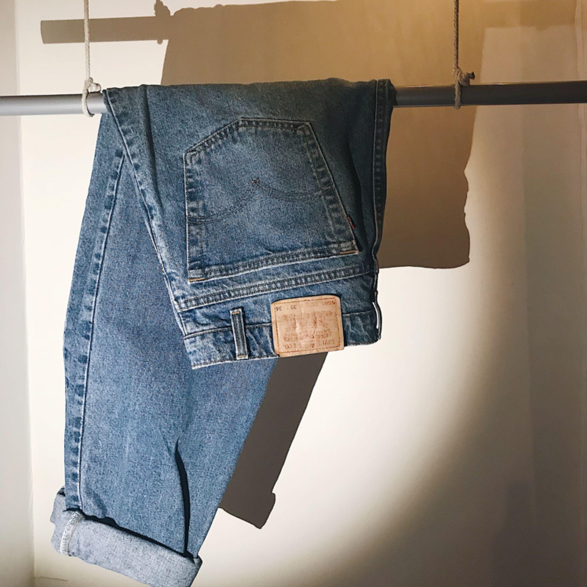 "Snygga äkta ""relaxed fit   tapered leg"" Levi s jeans i modellen ""550 färg  ... cb0ce1c86313a"