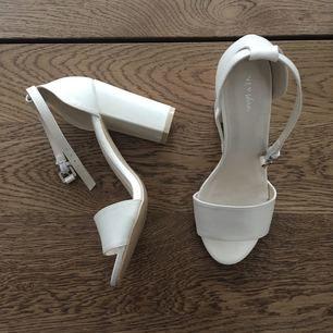 aa5b032d558 OANVÄNDA Block Heel Sandal från Nelly. Färg: White pearl. Storlek: 36.