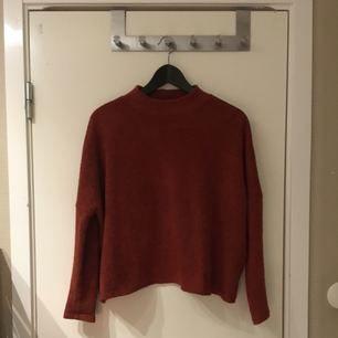 Tegelröds färgad tröja med halvpolo. Köparen står för frakten✨