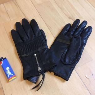 Ett par fina handskar i storlek L men då de har mycket stretch passar de även mig med små händer men samtidigt folk med större händer. Gjorda i 100% polyester. Tror de är från H&M