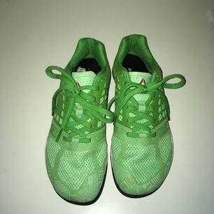 Reebok CrossFit Nano 5.0 ✨ Köpta för ca 1200kr, använda 2 gånger. Skorna är i mycket bra skick, endast lite smutsiga bak på höger sko (se bild) och lite småstenar som fastnat på sulorna undertill. Annars som nya! Bjuder på frakten vid snabb affär!