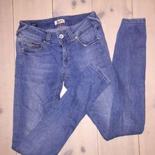 Snygga ljusblå jeans från tommy hilfinget, modellen är snäv med låg midja. Fett fräscha men för små för mig!  Kan mötas upp i Stockholm annats står köparen för frakten🌹
