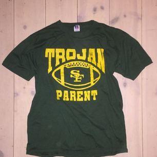 Tröja fett snygg som en oversized t-shirt. Grön med gul text. Köpt på beyond retro.
