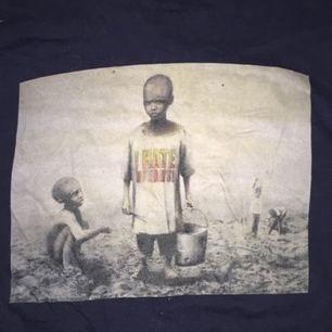 """Banksy t-shirt köpt i London! Motivet heter """"I hate Mondays"""".  Möts upp i Stockholm annars står köparen för frakten!"""