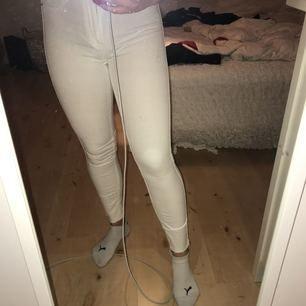 Vita molly jeans knappt använda, avklippta längst ner