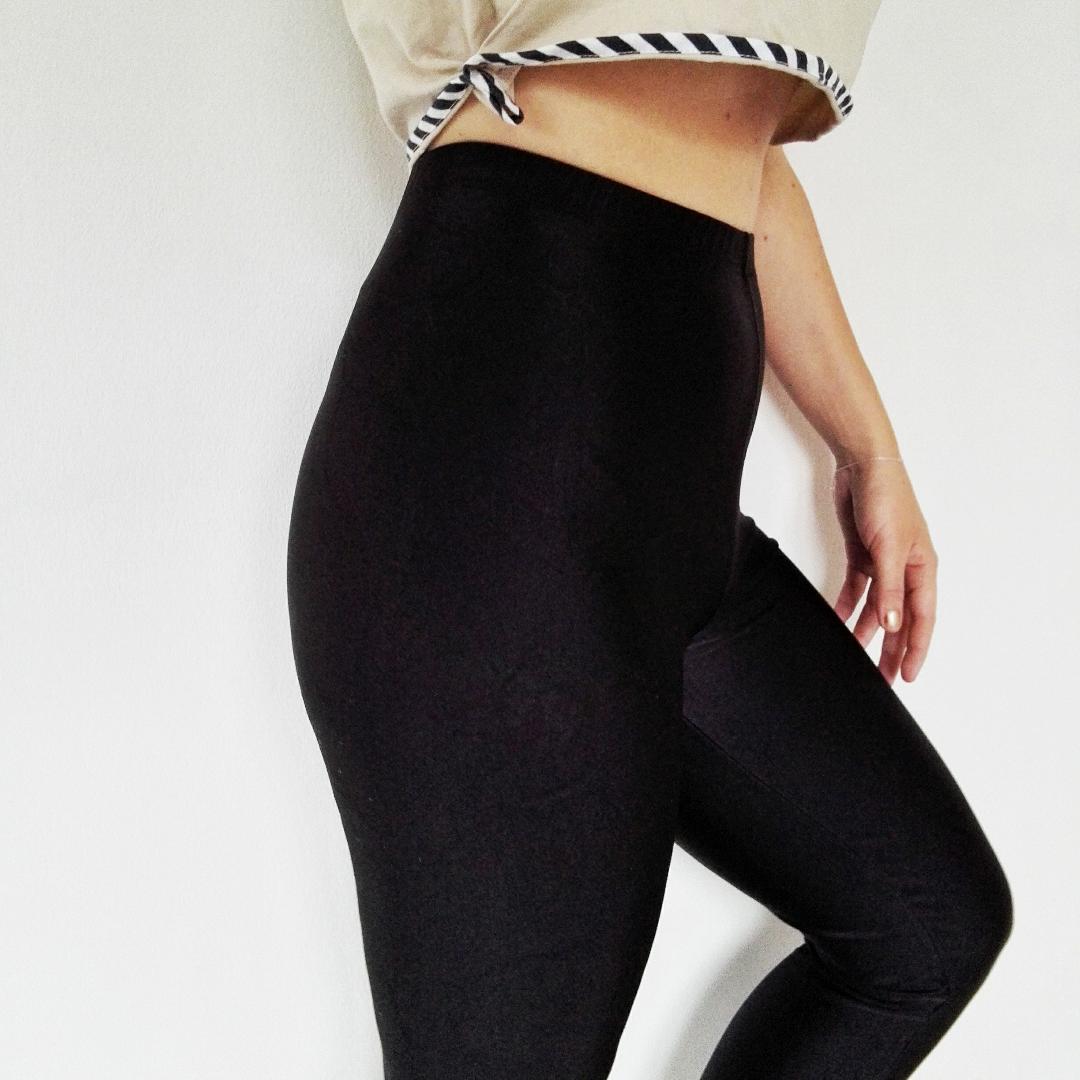 Höga byxor/tights i glansigt väldigt stretchigt material! Dessa är verkligen supersköna! Jag har s-m i byxor och skulle säga att de kan passa en l också. Hankarna vid fötterna är najs om man inte vill att de ska åka upp när man har låga skor.. Jeans & Byxor.