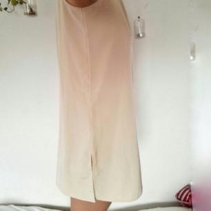 Snygg beige klänning! Avslappnad passform och tyget faller superfint. Jag är en small och den känns lite oversize på mig, skulle också vara snygg på en m tror jag!