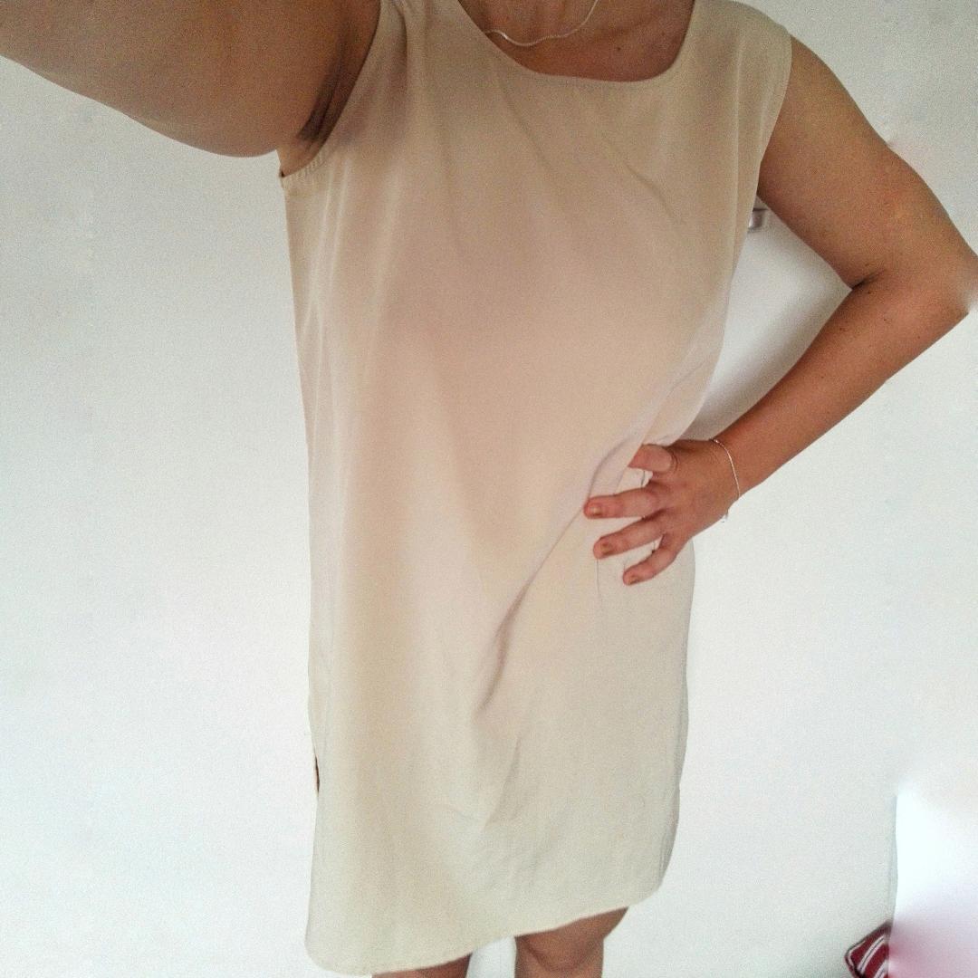 Snygg beige klänning! Avslappnad passform och tyget faller superfint. Jag är en small och den känns lite oversize på mig, skulle också vara snygg på en m tror jag!. Klänningar.