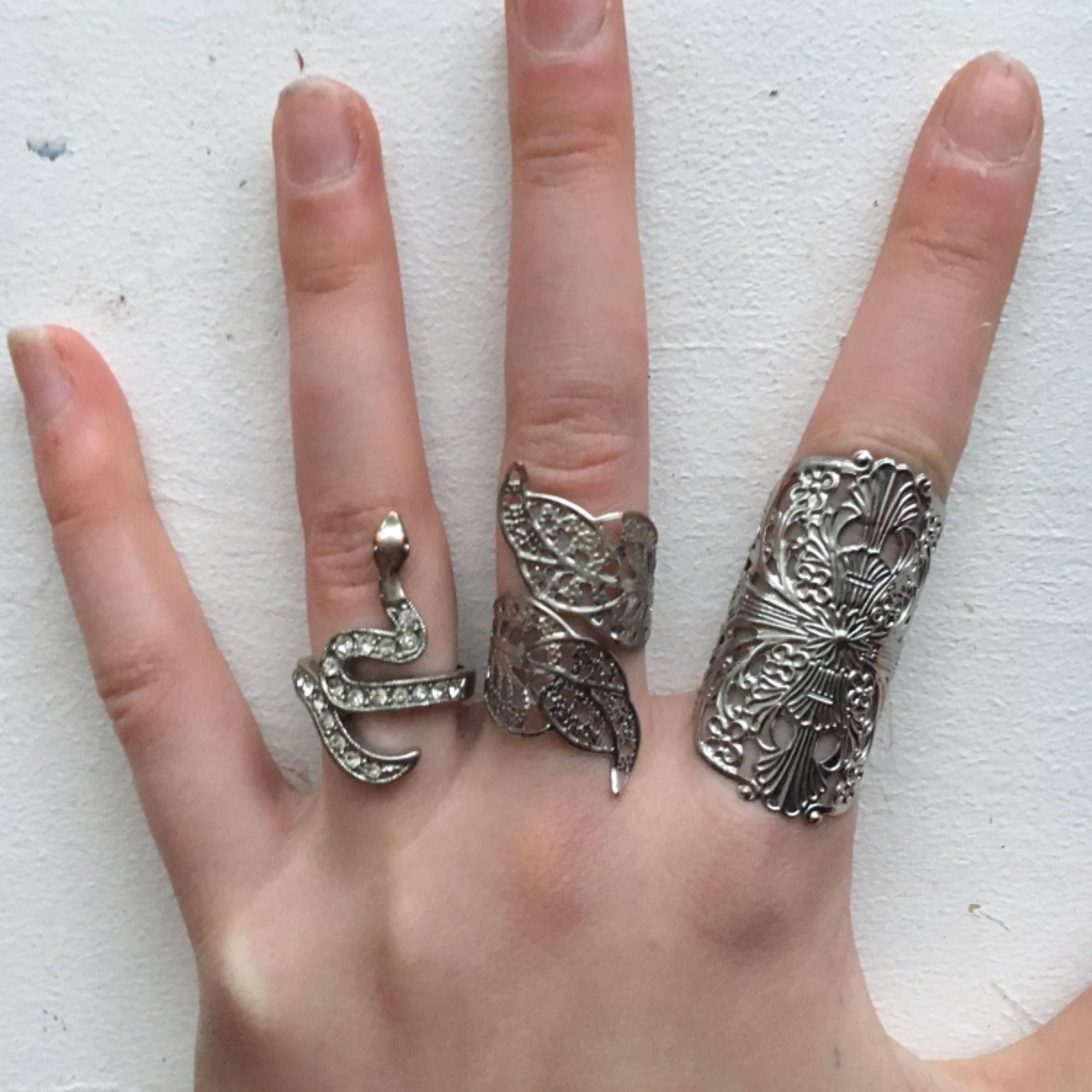 Tre stycken vackra ringar. 20kr styck eller alla för 50kr.   Ormringen såld! . Accessoarer.