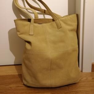 Don Donna väska, mörk gul, suede, ord. pris 999kr
