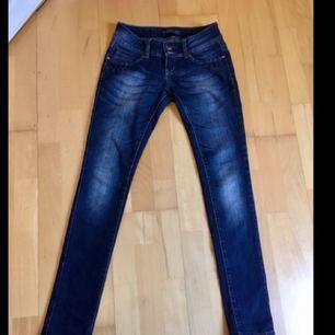 Snygga blåa jeans med låg midja. Säljer dem då de inte passar mig.
