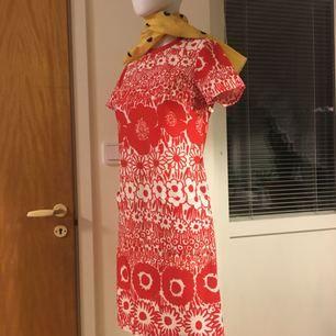 60/70-tal Union made röd klänning med blommigt mönster. Passar XS-S, tyget är något töjbart.   Frakt: 58kr med postnord spårbart