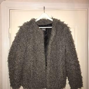 Fakepäls jacka, kan beskrivas som fårull, använd kanske 3 gånger   Pris ink frakt