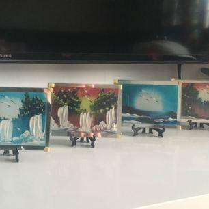 Små målningar tavlor målade med fingret på spegeln i akrylfärger. Det kan vara en perfekt present till en älskade vän,en familjemedlem,en nära kompis eller det kan vara i inredningen för ditt toppenfin hem. Målningen skyddas av ett glas och kommer med stöd. Storlek: 13x15 cm Pris per styck: 50kr