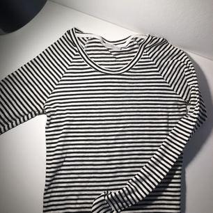 Oanvänd tröja från weekday