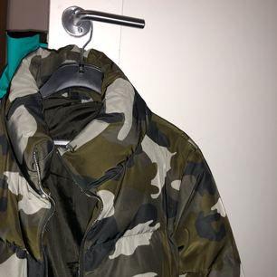 Puffer jacket i camo från H&M, sparsamt använd!!
