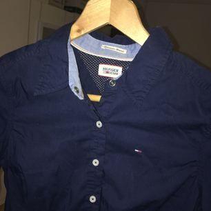 Figursydd skjorta från Tommy Hilfiger. Sitter tajt och snyggt på och är i superkvalité! Något skrynklig på bild men den är i nyskick!  Skriv för fler bilder och frågor:)