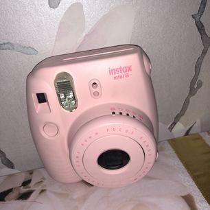 Säljer en Instax mini 8 kamera Är i gott skick & har inga defekter! Säljer pga används inte  Nypris 800kr  Använd 2-3 gånger  Det är en kamera som man då tar kort med och så kommer kortet ut ur kameran direkt i form av ett litet gulligt foto med vita kanter runt