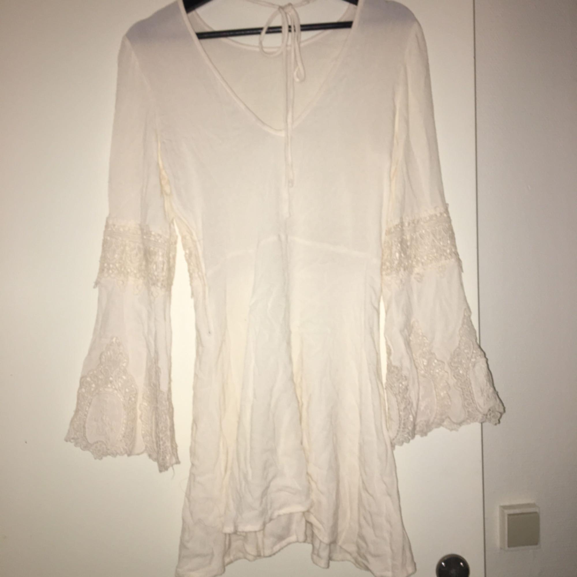 dd675e702619 Vit hippie klänning från hm med trumpetärmar och virkade detaljer.