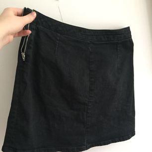 Svart jeanskjol från Asos. Väl använd men fint skick, lite urtvättad färg. Tror att det är strl 36. A-line modell. Köparen står för frakten, kan även mötas upp i Uppsala.