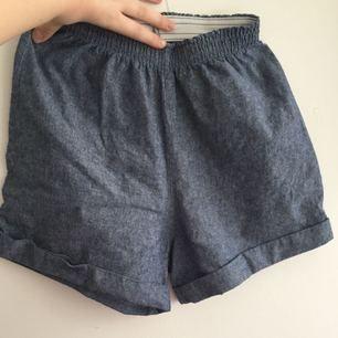 JÄTTESKÖNA tyg shorts från American Apparel med resår. XS men nog passar S-M om resåren går över rumpan. Då är dom jättesköna, passar tyvärr inte mig längre :(  Frakten är inkluderad i priset (postens S påse, 35kr.) Kan även mötas upp i Uppsala, då försvinner kostnaden för frakten.