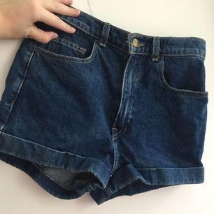 Jättefina American Apparel jeansshorts! Dom är höga i midjan och så fina. Har tyvärr vuxit ur dom. Använda ett fåtal gånger.  Köparen står för frakten, kan även mötas upp i Uppsala.