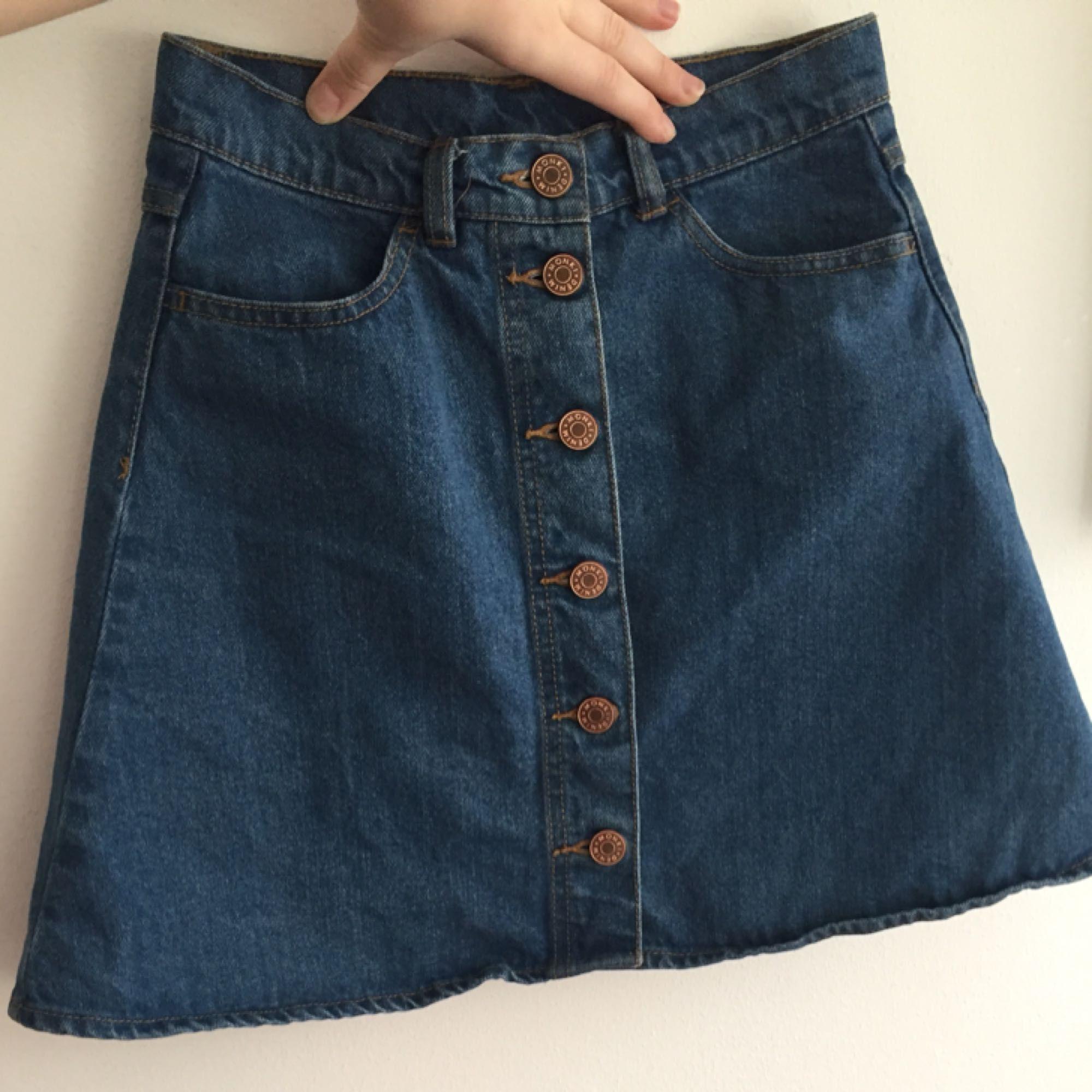 Så fin jeanskjol från Monki! Det är en a-line modell, rätt kort. Välanvänd men i fint skick! Köparen står för frakten, kan även mötas upp i Uppsala.. Kjolar.