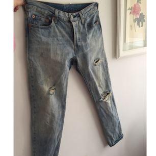 Jeans från Levi's i boyfriend-modell. Står inte storlek på läderlappen i bak, hittade bara lappen på tredje bilden. Men passar garanterat en XS och förmodligen en S. Det är bara att höra av sig om en vill ha mer detaljer. Köparen står för frakten, kan även mötas upp i Uppsala.