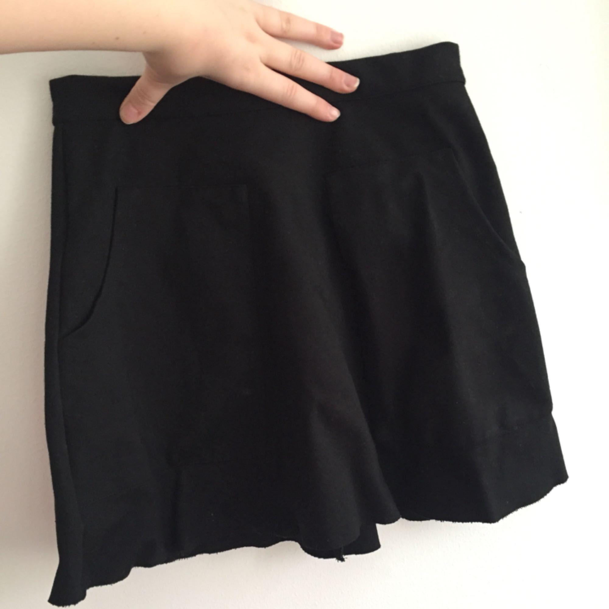Så söt svart kjol, a-line modell! Den är väldigt kort på mig som är 170 cm, även för liten för mig. Den har även en tendens att åka upp, men får man det att funka är den så fin. Köparen står för frakten, kan även mötas upp i Uppsala.. Kjolar.