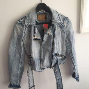 Cool jeansjacka i ljusblått. Oanvänd, lappen kvar.  Köparen står för frakt, kan även mötas upp i Uppsala.