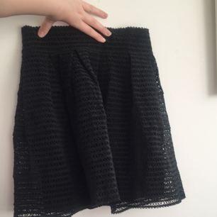 """Fin kjol för lite """"finare"""" tillfällen. Har använt nån enstaka gång. Underkjolen är lite tunn och glider lätt upp.  Frakten är inkluderad i frakten."""