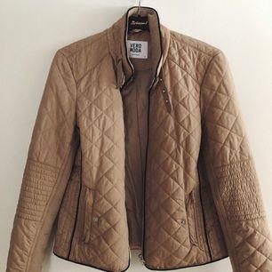 En jättefin och figursydd jacka ifrån Vera Moda!🌸 Säljer pga att den inte används längre vilket är jättesynd.  Fint skick!  Köparen står för frakten✨