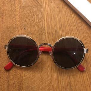 Roliga, härliga solglasögon från MinkPink! Lite nötta på självaste kanterna, men annars toppenskick! Frakten tillkommer på 10kr!