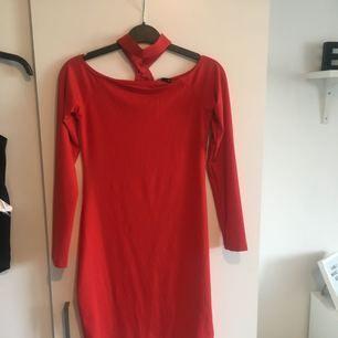 Säljer en exakt likadan klänning som på bilden fast inplastad & inte ens provad eftersom jag råkade klicka hem 2 st! Den är offshoulder & med inbyggd choker.