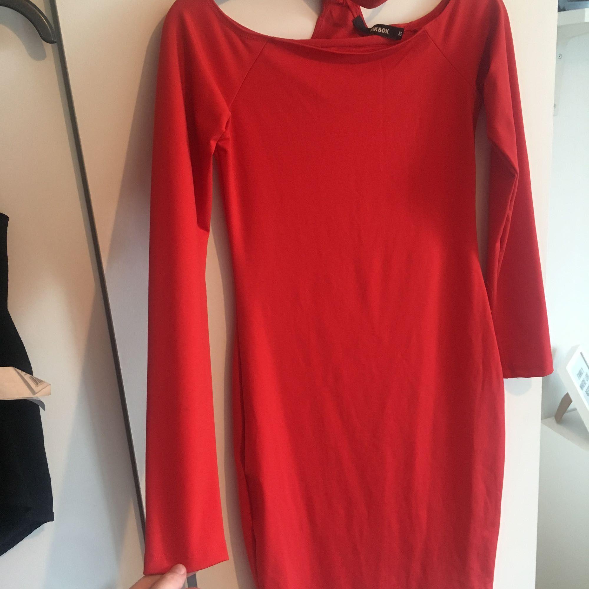 Säljer en exakt likadan klänning som på bilden fast inplastad & inte ens provad eftersom jag råkade klicka hem 2 st! Den är offshoulder & med inbyggd choker. . Klänningar.
