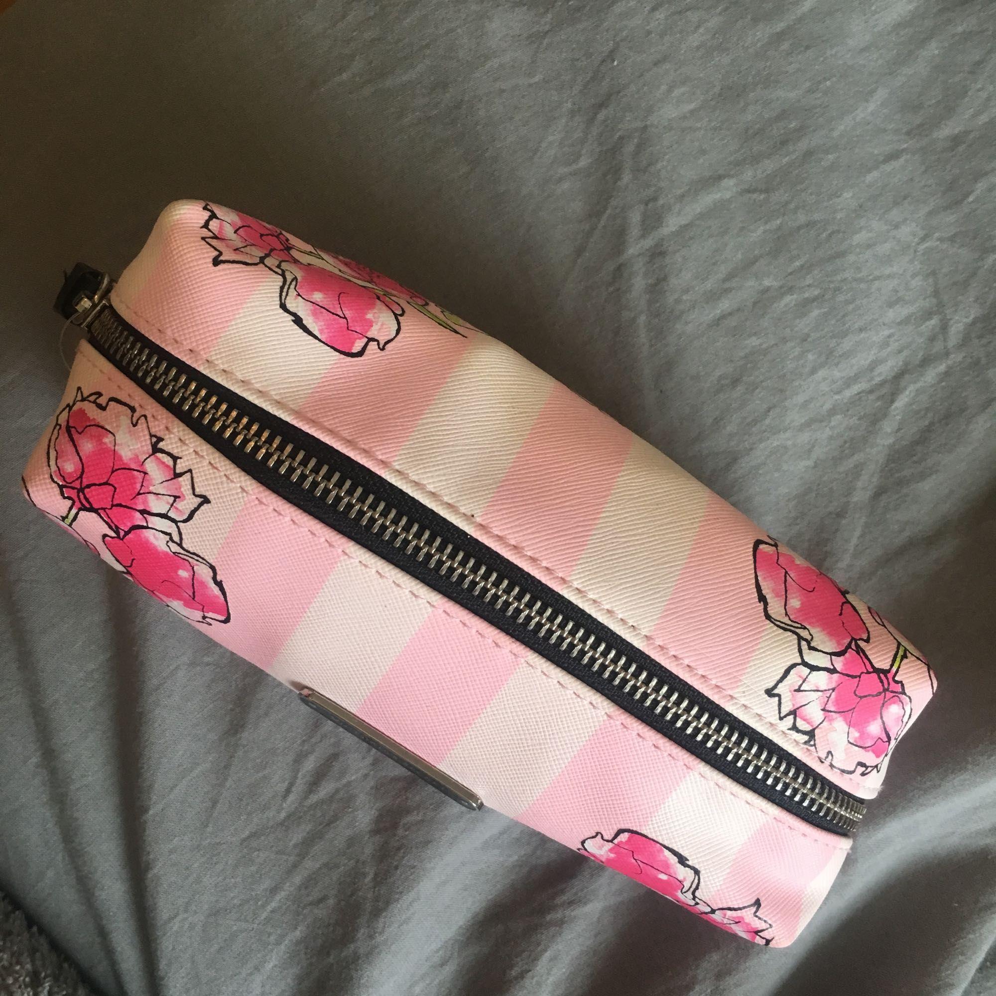 Victoria's secret necessär, aldrig använd. . Väskor.