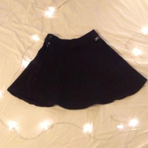 En fin svart kjol i jersey från Dr.Denim. Töjbart tyg och perfekt till både vardag och kväll!