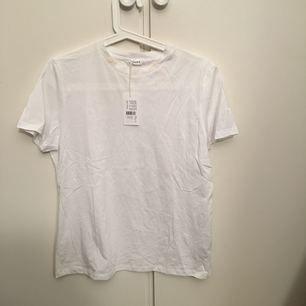 Oversized t-shirt från filippa k. Har foundationfläck som man kan se på bilden men går bort lätt som en plätt med lite vatten och tvål. Aldrig använt, endast provad.  Träffas upp hellre än att frakta.