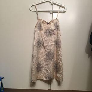 Odd molly topp/ linne i jättefint skick. Den är så gott som ny, behöver bara strykas då den legat ihopvikt.  Passar storlek xs- s