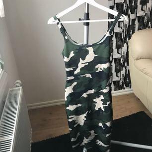 Mönstrad figurnära klänning från Zara. Klänningen har bekvämt material och fin passform, med en liten slit vid benen på baksidan. Storlek S/26.  Aldrig använd  Fraktkostnad tillkommer.