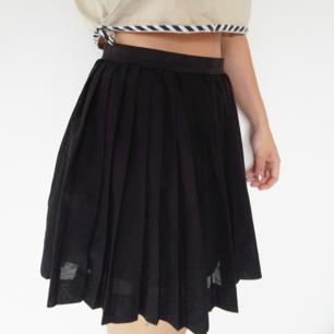 Supersnygg plisserad kjol! Mycket bra skick på kjolen men bandet i midjan är lite uttöjt, inget som syns eller stör så mkt dock! Längden går till mitten av låret ungefär.