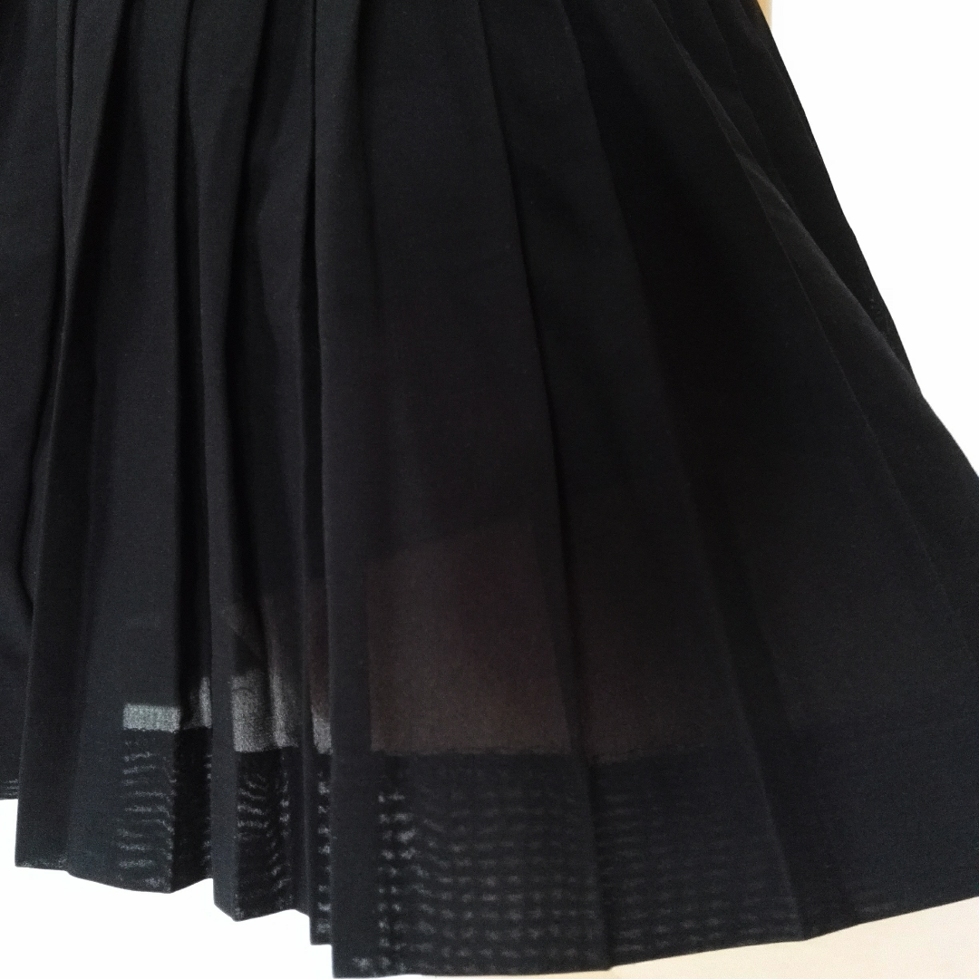 Supersnygg plisserad kjol! Mycket bra skick på kjolen men bandet i midjan är lite uttöjt, inget som syns eller stör så mkt dock! Längden går till mitten av låret ungefär. . Kjolar.